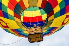 Het bekijken omhoog een hete luchtballon Stock Afbeelding