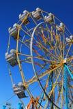 Het bekijken omhoog een kleurrijk Reuzenrad in silhouet tegen een heldere blauwe de zomerhemel stock afbeeldingen