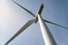 Het bekijken omhoog een macht die windturbine produceren stock afbeelding