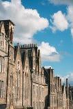 Het bekijken omhoog een rij van huizen in een straat van Edinburgh Schotland royalty-vrije stock fotografie