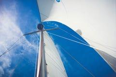 Het bekijken omhoog een zeilbootmast Royalty-vrije Stock Foto's