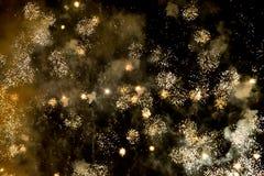 Het bekijken omhoog exploderend vuurwerk tegen een nachthemel royalty-vrije stock afbeeldingen