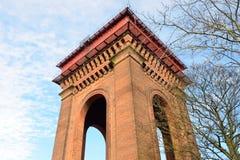 Het bekijken omhoog grote victorian watertoren Stock Foto's