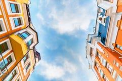 Het bekijken omhoog lange colorfull woningbouw met duidelijke hemel stock foto