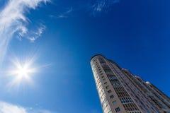 Het bekijken omhoog lange woningbouw Royalty-vrije Stock Fotografie