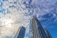 Het bekijken omhoog lange woningbouw (torens) Royalty-vrije Stock Afbeeldingen