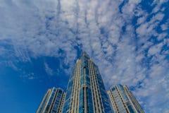 Het bekijken omhoog lange woningbouw (torens) Royalty-vrije Stock Foto's