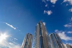 Het bekijken omhoog lange woningbouw (torens) Stock Afbeelding