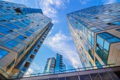 Het bekijken omhoog moderne woningbouw Stock Afbeelding