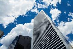 Het bekijken omhoog Wolkenkrabber Stock Foto's