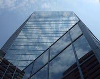 Het bekijken omhoog Wolkenkrabber royalty-vrije stock foto's