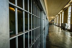Het bekijken onderaan het Blok van de Gevangeniscel Bars stock afbeelding
