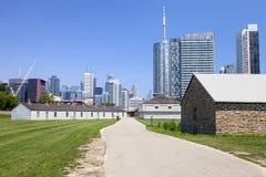 Het bekijken onderaan de weg Fort York in Toronto Royalty-vrije Stock Fotografie