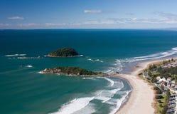 Het bekijken het strand van het Onderstel Maunganui dichtbij Tauranga in Nieuw Zeeland stock fotografie