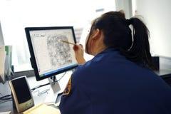 Het bekijken van de ambtenaar vingerafdruk Stock Foto's