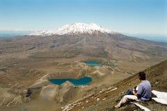 Het bekijken van de mens Vulkaan en Meren Royalty-vrije Stock Afbeelding