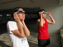 Het bekijken van Gedeeltelijke ZonneVerduistering 26 Januari 2009 Stock Foto