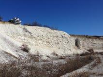 Het bekijken van het landschap van de kalksteensteengroeve in de lente Stock Fotografie