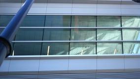 Het bekijken van onderaan omhoog een collectief plafond in de abstracte bouw stock videobeelden