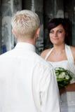 Het bekijken zijn bruid Royalty-vrije Stock Afbeeldingen