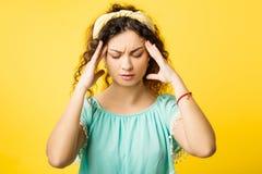 Het beklemtoonde geconcentreerde emotionele meisje van de pijnhoofdpijn royalty-vrije stock foto's