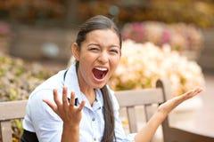 Het beklemtoonde gefrustreerde jonge vrouw gillen Stock Afbeeldingen