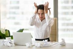 Het beklemtoonde vrouwelijke werknemer panicking onbekwaam om het werk tot doden te beëindigen stock foto's