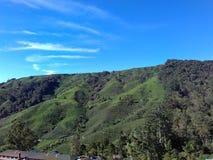 Het beklimmen aan de berg voor blauwe hemel Royalty-vrije Stock Afbeeldingen