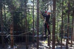 Het beklimmen in avonturenpark Stock Foto's