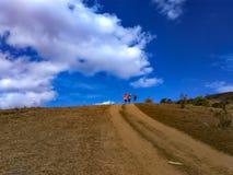 Het beklimmen en status bij de bovenkant van de berg royalty-vrije stock fotografie