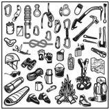 Het beklimmen, het kamperen en exploratie uitstekende geplaatste pictogrammen royalty-vrije illustratie
