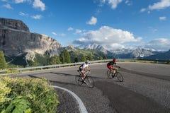Het beklimmen met de cyclus aan het pas-marmolada-dolomiet Stock Afbeeldingen