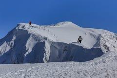 Het beklimmen op berg in de winter Royalty-vrije Stock Afbeeldingen