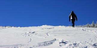 Het beklimmen op de berg in de winter Stock Foto's