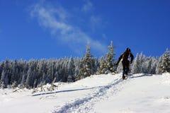 Het beklimmen op de berg in de winter Stock Afbeeldingen