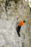 Het beklimmen op een muur Stock Foto's