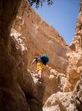 Het beklimmen op een rots stock fotografie