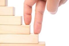 Het beklimmen op treden door houten blokken met het knippen van weg omhoog worden gemaakt die Stock Foto