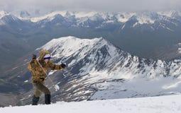 Het beklimmen tot de bovenkant van de sneeuw Stock Foto's