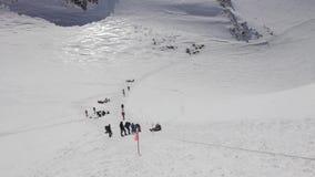 Het beklimmen tot de bovenkant van Elbrus stock footage