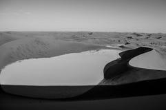 Het beklimmen van Big Daddy Dune, die de Zoute Pan van Sossusvlei, Woestijn bekijken Royalty-vrije Stock Foto