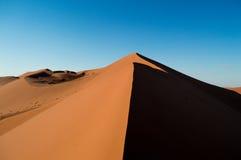Het beklimmen van Big Daddy Dune tijdens Zonsopgang, die de Top bekijken Stock Afbeeldingen