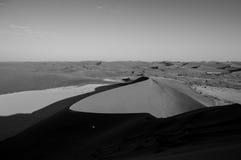 Het beklimmen van Big Daddy Dune tijdens Zonsopgang, die op Sossusvlei kijken Royalty-vrije Stock Afbeeldingen