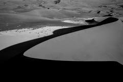Het beklimmen van Big Daddy Dune tijdens Zonsopgang, die op Sossusvlei kijken Royalty-vrije Stock Fotografie