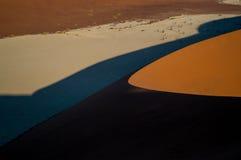 Het beklimmen van Big Daddy Dune tijdens Zonsopgang, die op Sossusvlei kijken Royalty-vrije Stock Afbeelding