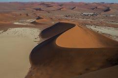 Het beklimmen van Big Daddy Dune tijdens Zonsopgang, die op Sossusvlei kijken Stock Afbeelding