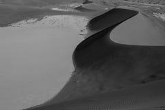 Het beklimmen van Big Daddy Dune tijdens Zonsopgang, die op Sossusvlei kijken Stock Foto