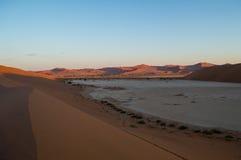 Het beklimmen van Big Daddy Dune tijdens Zonsopgang met Mening op Zoute Pan Royalty-vrije Stock Afbeeldingen