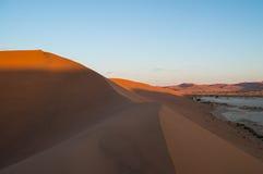 Het beklimmen van Big Daddy Dune tijdens Zonsopgang met Mening op Zoute Pan Royalty-vrije Stock Fotografie