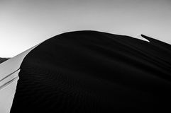 Het beklimmen van Big Daddy Dune tijdens Zonsopgang, Woestijnlandschap, Namibië Stock Foto's